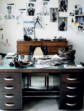 Немного этники в кабинете — письменный стол темного дерева