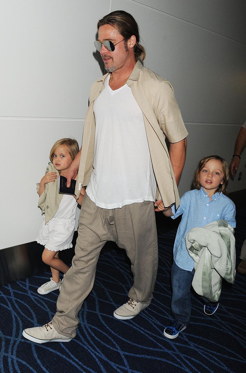Брэд Питт с детьми Ноксом и Вивиан