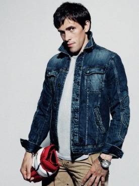 Джинсовая куртка, Diesel; джинсы, Polo Ralph Lauren;  футболка, Maison Martin Margiela; часы с автоматическим заводом Oyster Perpetual Yacht-Master II, белое золото, Rolex; хоккейная перчатка, Reebok