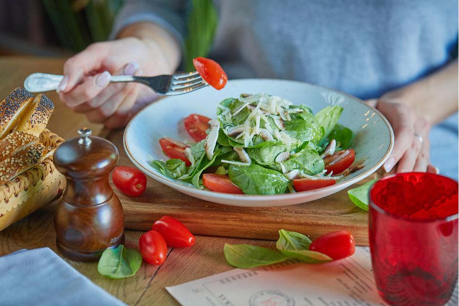 Салат из шпината с трюфельной заправкой