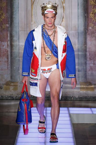 Во Флоренции прошел показ мужской коллекции Moschino | галерея [1] фото [6]