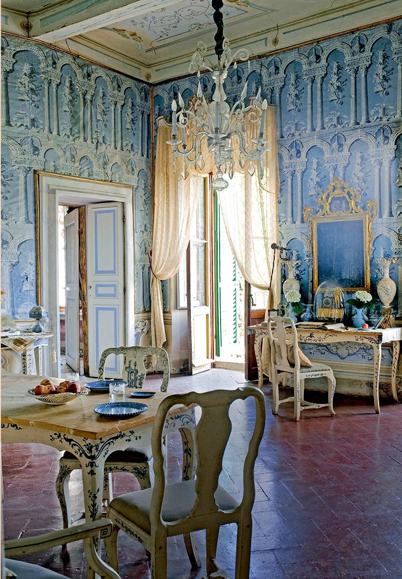 Вся обстановка Голубой комнаты навтором этаже сохранилась с XVIII века. Стены оклеены французскими обоями. На столе— зеркало работы сиенских мастеров и две алебастровые вазы, сделанные в Вольтерре. В центре комнаты — канделябр из богемского хрусталя.