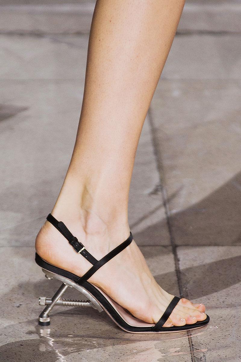 Ультраженственный дизайн босоножек сбалансирован каблуками-шурупами в урбанистическом стиле