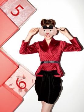 Жакет из атласа, Yves Saint Laurent; юбка,  M Missoni; маска из картона, Alexis Mabille; пояс, Cavalli e Nastri