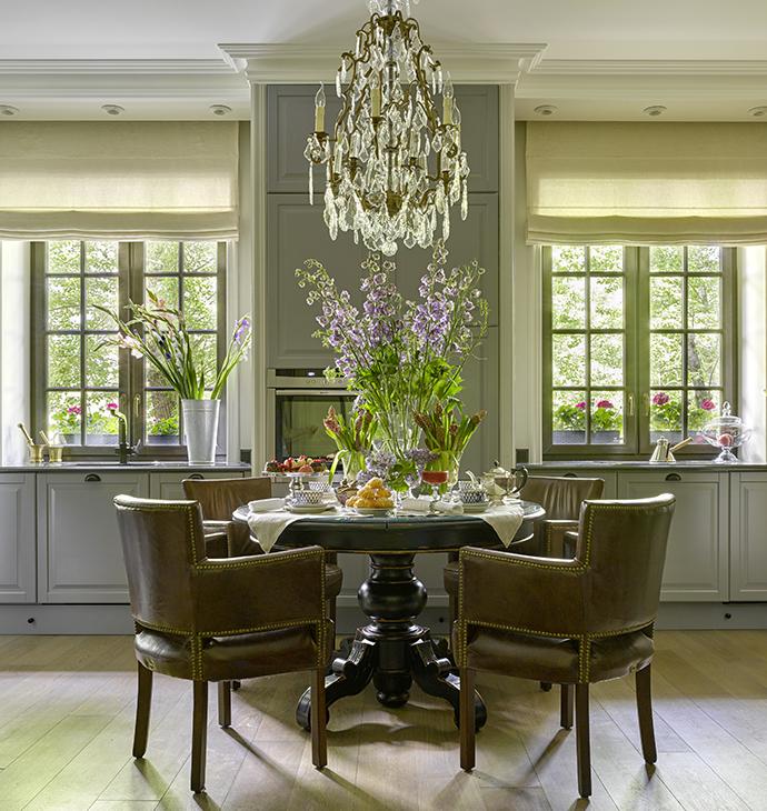 Кухня, ИКЕА, столешница — из гранита. Стол, Guadarte, стулья, Timothy Oulton, люстра, Eichholtz.