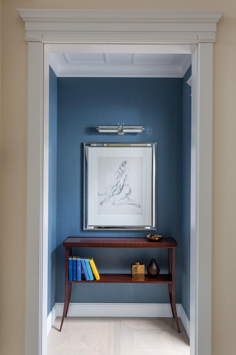 Холл. Обои, Phillip Jeffries.Консоль, Edward Lewis. На стене — набросок художницы Беллы Пьерони.