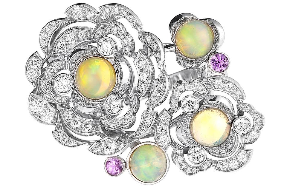 Кольцо Petales de Camelia, белое золото, бриллианты, сапфиры, опалы, Chanel Fine Jewelry, 2 585 000 руб.