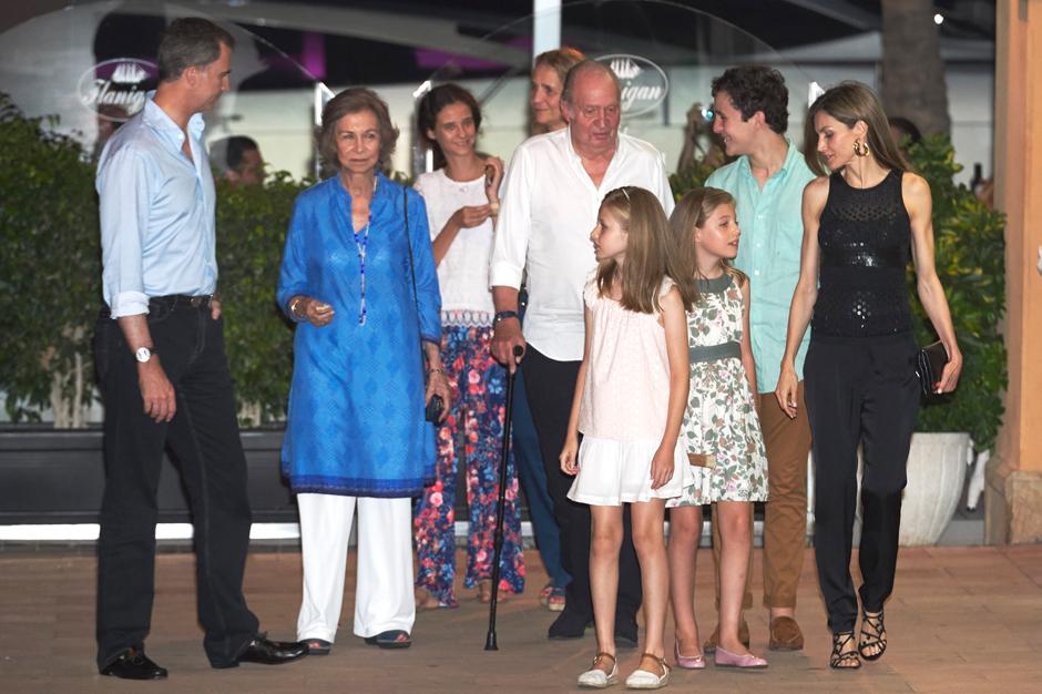Фото дня: королева Летиция с дочерьми на семейном ужине в Испании