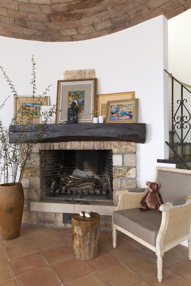 На каминной полке в гостиной — работы местных художников и подарки друзей.
