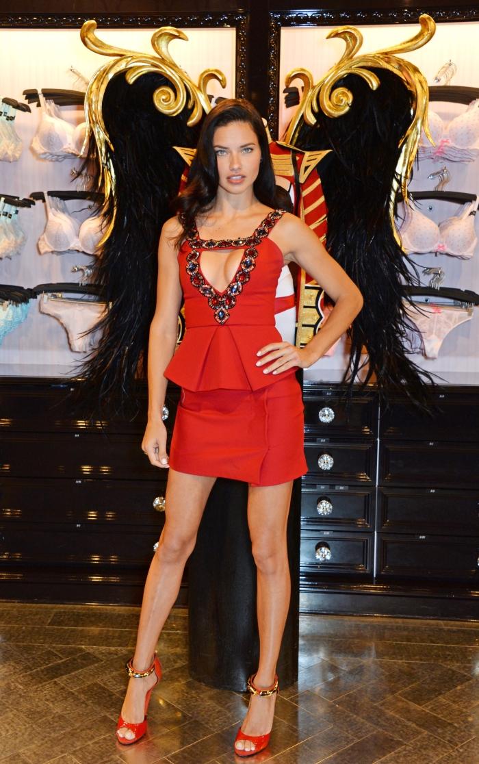 Стиль Адрианы Лимы: красное платье с баской и вырезом