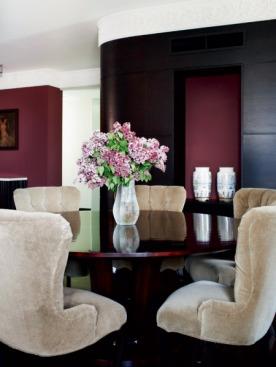 Оксане не понравились предложенные варианты обивки стульев в столовой, поэтому ткань для них пришлось покупать отдельно (компания AVM). Стол и стулья, Baker.