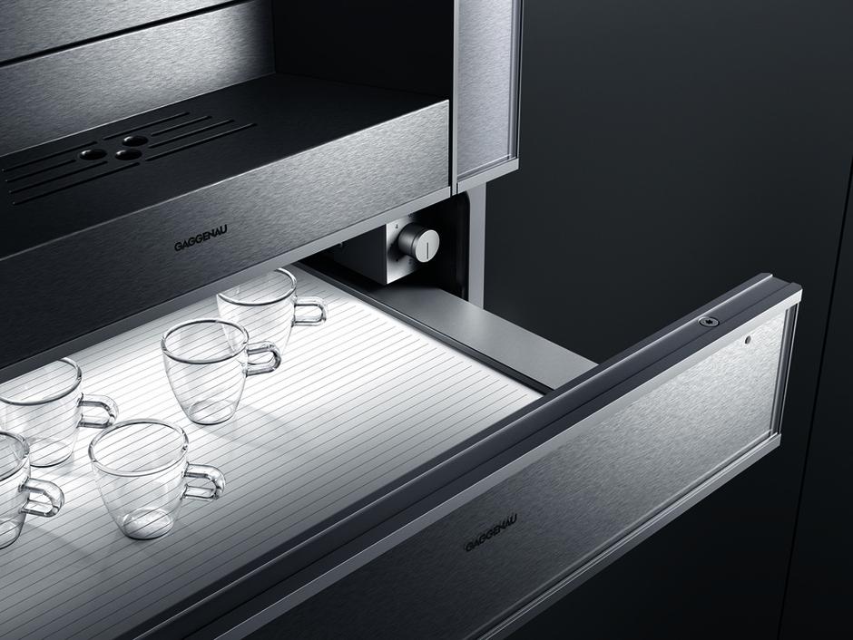 Шкаф для подогрева посуды серии 400 вмещает 6 комплектов, включая суповые тарелки.