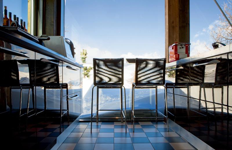 Кухня — прекрасная смотровая площадка для любования видами. У окна — стулья Net от Bontempi Casa.