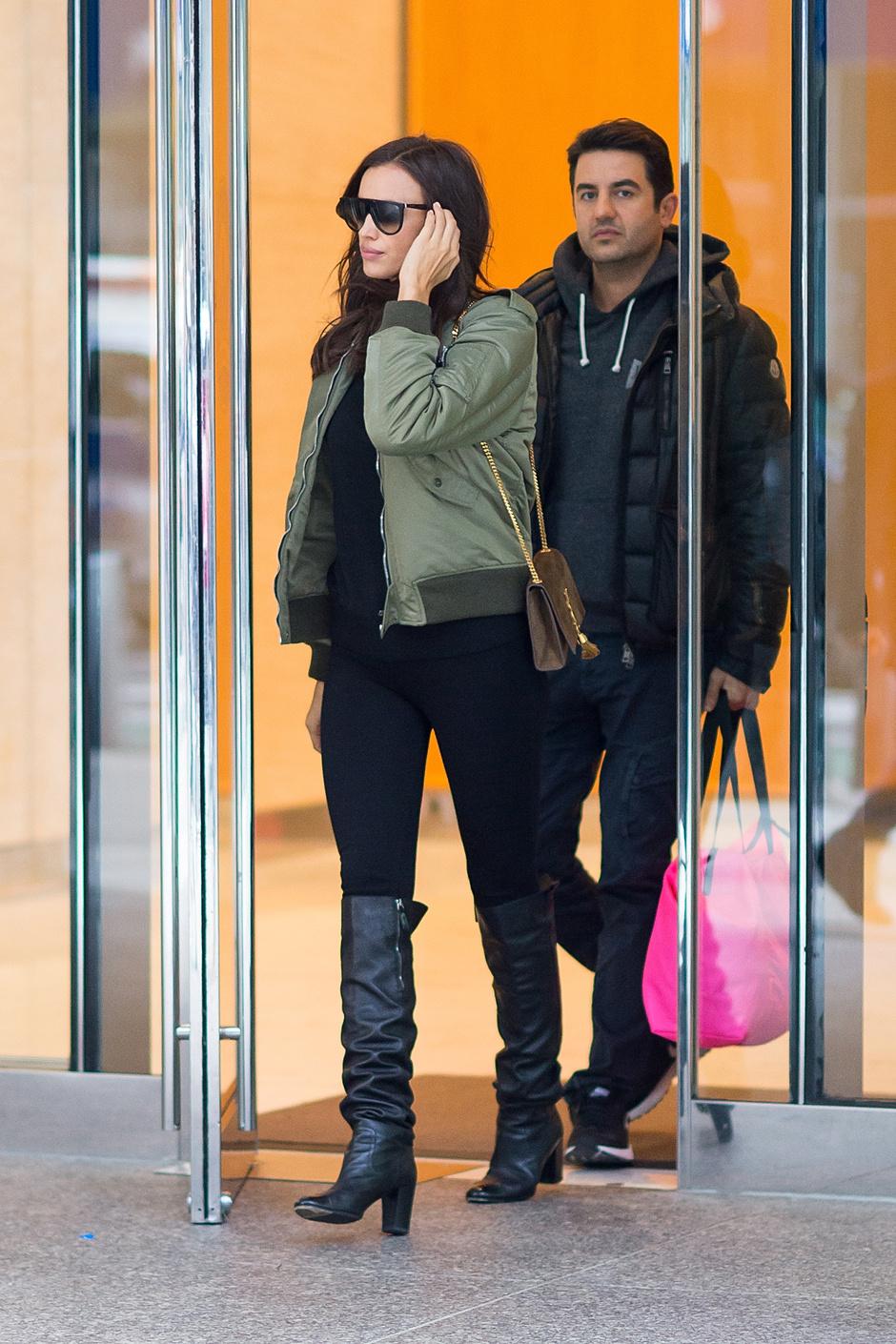 Ирина Шейк на выходе из нью-йоркского офиса Victoria's Secret