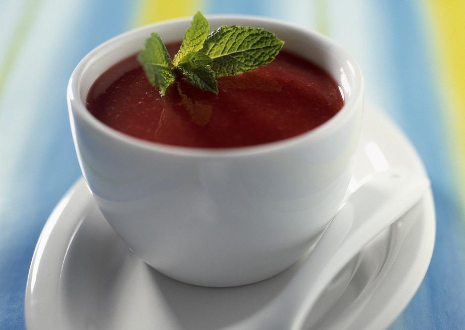 Клубнично-томатный суп с мятой