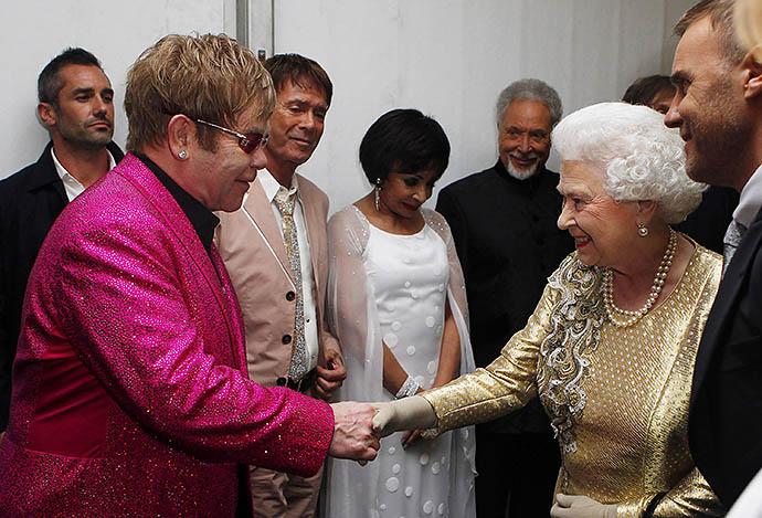 Элтон Джон на приеме у Елизаветы II, 2012 год