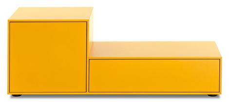 Комод MeisterMöbel, оснащен подъемным механизмом для телевизора. В задней стенке имеется ниша, куда можно спрятать экран, когда он не используется. Механизм управляется при помощи пульта. Häfele, www.hafele.com