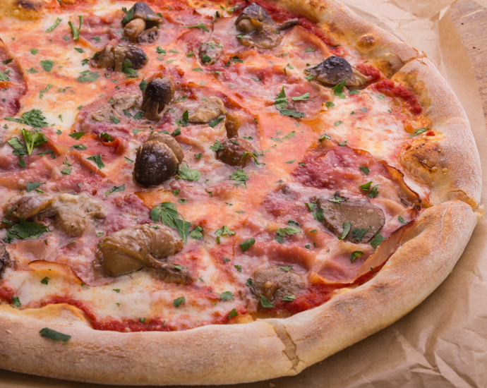 Пицца с лесными грибами и ветчиной