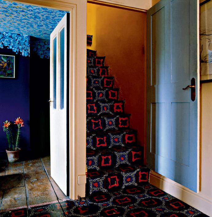 Лестница в доме дизайнера и керамиста Саймона Пакарда, Англия.