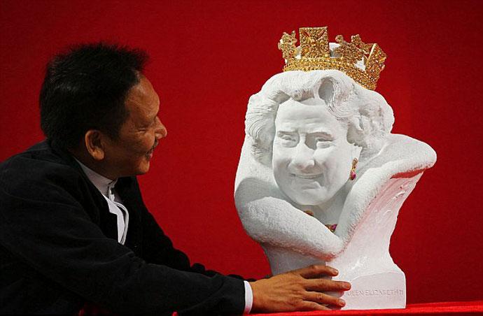 В Лондоне представили бюст Елизаветы II, похожий на Тома Хэнкса