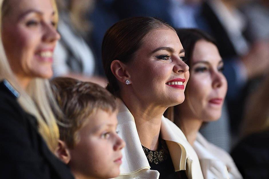 Алина Кабаева появилась на публике с ребенком