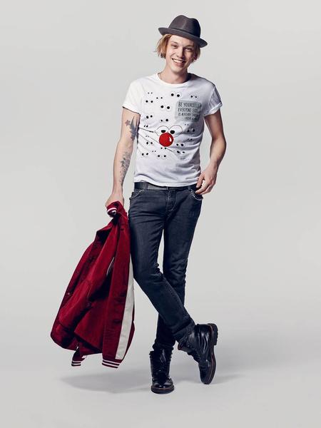 Известные дизайнеры создали футболки ко Дню красного носа | галерея [2] фото [7]