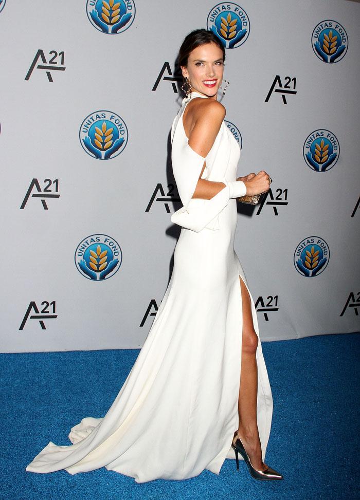 Алессандра Амбросио в ьелом вечернем платье