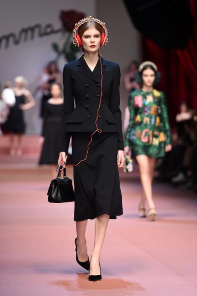Дочки-матери: Dolce & Gabbana представили семейную коллекцию на Неделе моды в Милане | галерея [2] фото [16]
