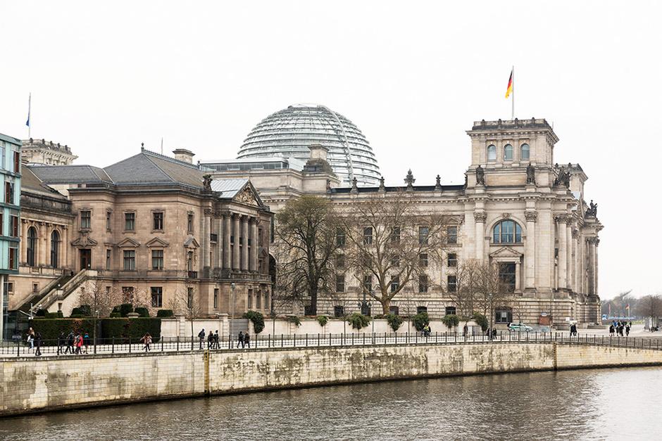 Вид на Бундестаг со стороны реки Шпрее