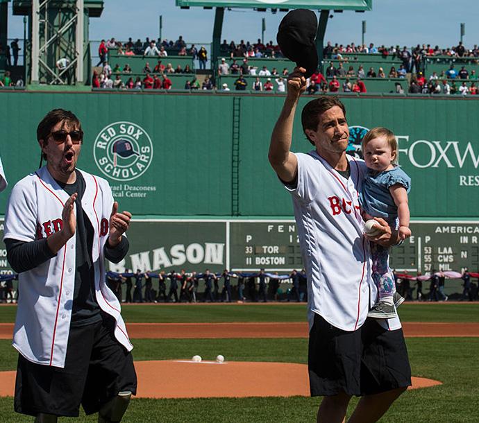 Джефф Бауман и Джейк Джилленхол на открытии игры между бейсбольными командами в Бостоне