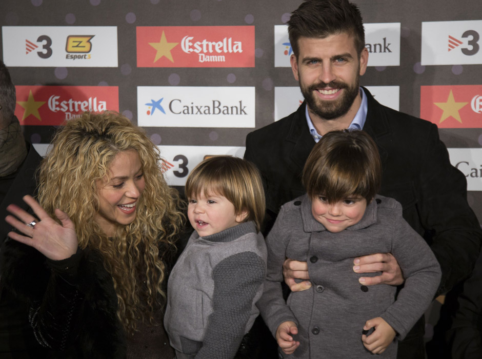 Фото дня: Шакира и Жерар Пике с детьми на футбольной церемонии