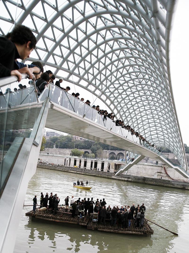 Пешеходный «Мост мира» над рекой Кура — проект архитектора Микеле де Лукки Грузия