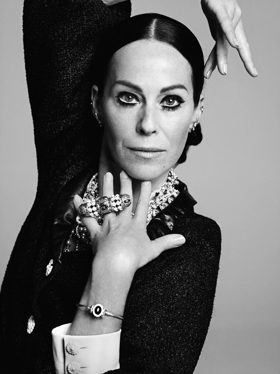 Жакет из твида с отделкой из кожи, клипсы-каффы, кольцо и колье, все — Chanel Cruise 2015