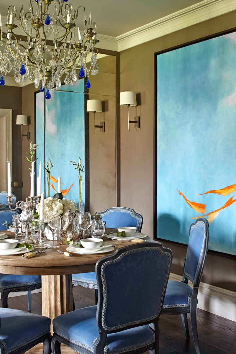 Фрагмент столовой. Антик-варные стулья из коллекции хозяина дома обтянуты тканью от Dedar. На стене — работа художника Валерия Песина. Бра, Tindle.