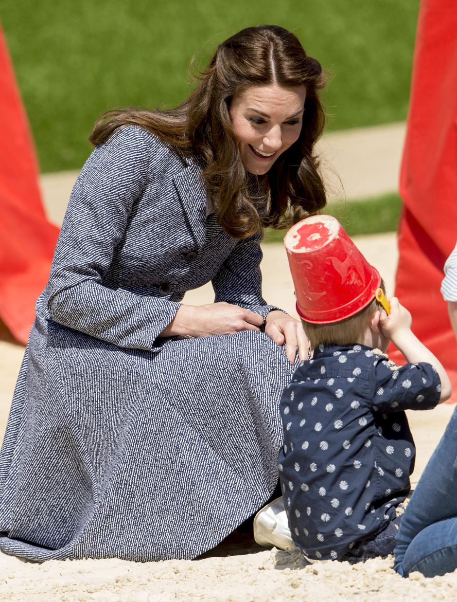 Кейт Миддлтон приехала на открытие детской площадки без Георга
