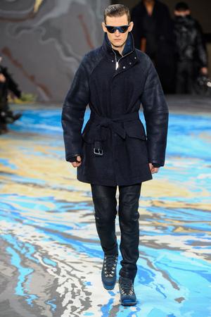 Показ Louis Vuitton коллекции сезона Осень-зима 2014-2015 года Men prêt-à-porter - www.elle.ru - Подиум - фото 573749