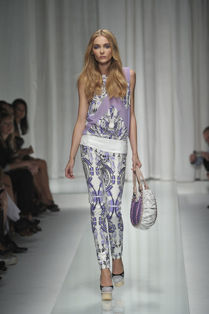 Показ Versace коллекции сезона Весна-лето 2010 года prêt-à-porter - www.elle.ru - Подиум - фото 117618