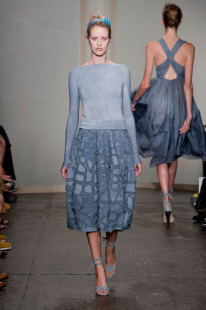 Показ Donna Karan New York коллекции сезона Весна-лето 2013 года prêt-à-porter - www.elle.ru - Подиум - фото 418925