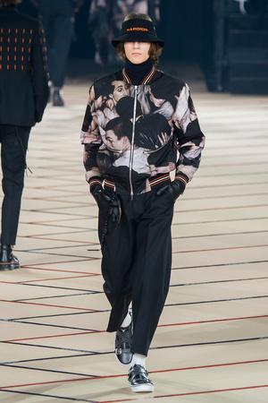 Показ Dior Homme коллекции сезона Осень-зима 2017-2018 года Men prêt-à-porter - www.elle.ru - Подиум - фото 615869