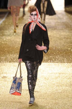 Показ Vivienne Westwood коллекции сезона Осень-зима 2011-2012 года Prêt-à-porter - www.elle.ru - Подиум - фото 253038