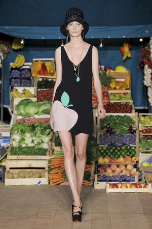 Показ Moschino Cheap & Chic коллекции сезона Весна-лето 2012 года Prêt-à-porter - www.elle.ru - Подиум - фото 303996