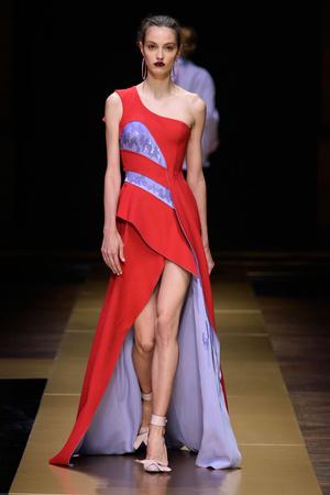 Показ Atelier Versace коллекции сезона Осень-зима 2016-2017 года Haute couture - www.elle.ru - Подиум - фото 606843