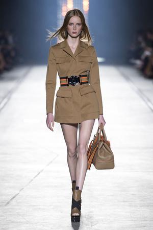 Показ Versace коллекции сезона Весна-лето  2016 года Prêt-à-porter - www.elle.ru - Подиум - фото 599918