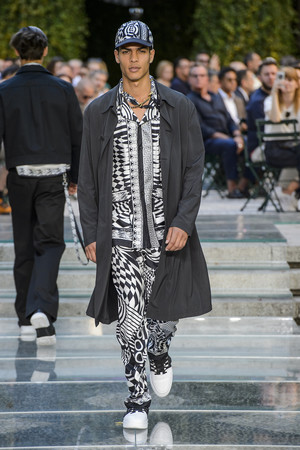 Показ Versace коллекции сезона Весна-лето 2018 года Men prêt-à-porter - www.elle.ru - Подиум - фото 622232