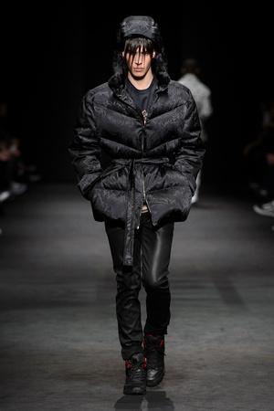 Показ Versace коллекции сезона Осень-зима 2017-2018 года Men prêt-à-porter - www.elle.ru - Подиум - фото 614536