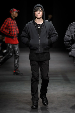 Показ Versace коллекции сезона Осень-зима 2017-2018 года Men prêt-à-porter - www.elle.ru - Подиум - фото 614534