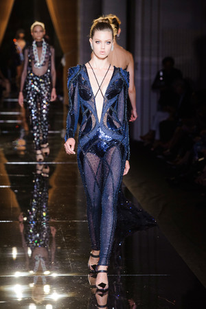 Показ Versace Haute Couture коллекции сезона Осень-зима 2013-2014 года haute couture - www.elle.ru - Подиум - фото 556635