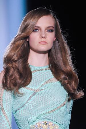 Показ Atelier Versace коллекции сезона Осень-зима 2012-2013 года Haute couture - www.elle.ru - Подиум - фото 402998