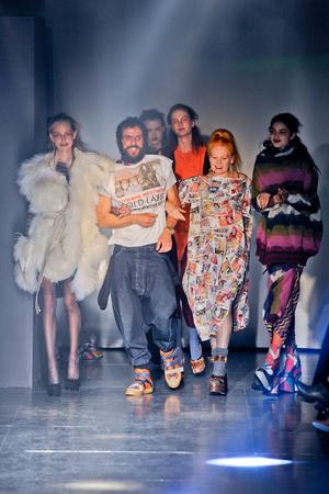 Показ Vivienne Westwood коллекции сезона Осень-зима 2012-2013 года Prêt-à-porter - www.elle.ru - Подиум - фото 379815