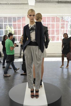 Показ Jason Wu for TSE коллекции сезона Весна-лето 2011 года prêt-à-porter - www.elle.ru - Подиум - фото 176738